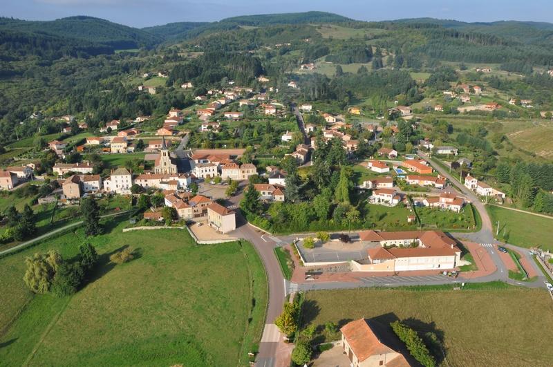 Au cœur de la Côte Roannaise, un village d'un peu plus de 900 habitants